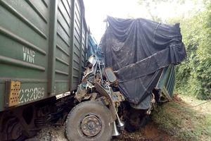 Va chạm giữa tàu hàng và xe ô tô tải, đường sắt bị tê liệt nhiều giờ