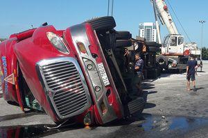 Xe container bị lật, tài xế đổ lỗi do thiếu vòng xuyến