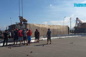 Xe container chở xoài lật nhào, nằm dài trên quốc lộ 1A