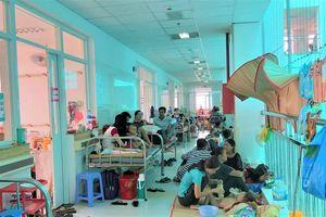 Bệnh nhân tay chân miệng tăng đột biến, chật kín hành lang