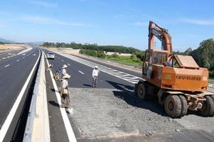 Cao tốc Đà Nẵng - Quảng Ngãi vá víu thông xe cho... kịp tiến độ?