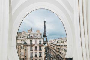 Khám phá căn phòng có ô cửa sổ trắng nơi Ngọc Trinh 'check in' ở Pháp