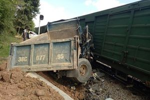 Tàu hỏa tông trực diện ô tô tải khiến 2 người bị thương