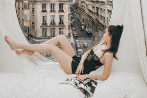 Ngọc Trinh mặc nội y, thả dáng trong phòng VIP nhìn ra tháp Eiffel tại Pháp