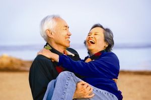 Vợ hơn 60 tuổi vẫn 'hừng hực', chồng phải 'cầu cứu' bác sĩ