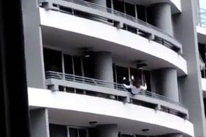 Người phụ nữ trượt chân ngã từ tầng 27 xuống tử vong vì mải tự sướng