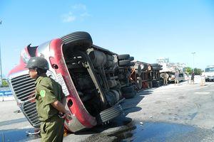 Hà Tĩnh: Xe container lật ngang, tài xế thoát chết trong gang tấc