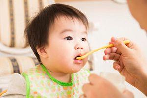 Cách thêm dầu ăn vào món ăn dặm giúp bé mau lớn, thông minh