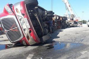 Xe container phơi bụng giữa ngã tư, tài xế thoát chết trong gang tấc