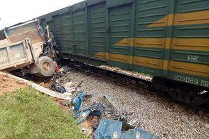 Qua đường ngang dân sinh, xe tải bị tàu hàng tông biến dạng