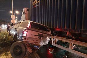Container tông hàng loạt ô tô dừng đèn đỏ ở Bình Dương