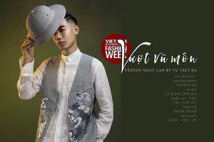 Nhà thiết kế Vũ Việt Hà đưa tranh dân gian Hàng Trống vào trang phục vest