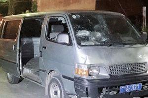 Một hộ dân liên tiếp bị ném gạch, đập vỡ kính ô tô