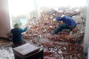 Đà Nẵng: Dỡ khách sạn khiến sập tường nhà dân