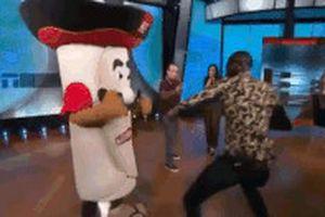 Võ sĩ boxing đấm vỡ quai hàm mascot trên truyền hình
