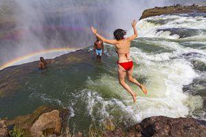 Thách thức tử thần tại 'hồ bơi quỷ' trên đỉnh thác
