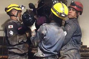 Nóng nhất hôm nay: Lính cứu hỏa Brazil giải cứu tên trộm kẹt trong ống khói