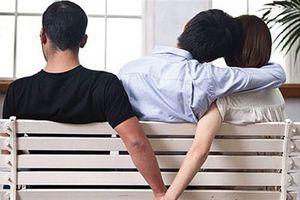 Bạn gái coi ôm cổ đồng nghiệp nam là bình thường