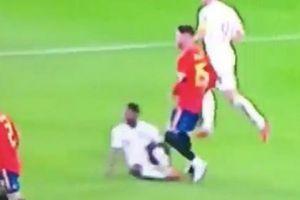 'Đánh' Sterling trên sân, Ramos đào sâu thù hận với CĐV Anh