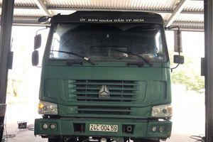 Xe tải xài tem giả, cabin ghi 'Ủy ban Nhân dân TP HCM'