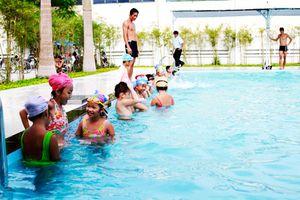 TP Nha Trang: Gần 800 em học sinh tiểu học hoàn thành chương trình học bơi