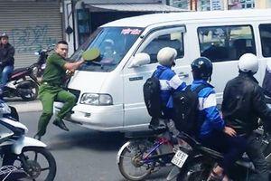 Cảnh sát bị đẩy hơn 100m vì tài xế ngoan cố không dừng lại