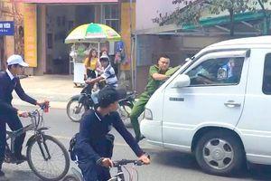 Đà Lạt xôn xao clip công an cản đầu xe, tài xế vẫn chạy trong đường cấm