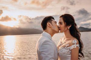 Ưng Hoàng Phúc 'khóa môi' bà xã trong bộ ảnh cưới ngọt như ngôn tình