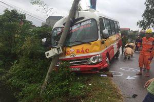 Va chạm xe SH ngược chiều, xe buýt đâm vào cột điện bên lề đường