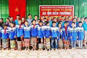 Trường Phổ thông chất lượng cao Phượng Hoàng tặng gần 500 áo ấm cho học sinh miền núi