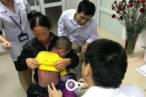 Xót xa cháu bé bị bệnh ngoài da bong tróc khắp cơ thể, gia đình nấu lá chữa không thuyên giảm còn khiến bệnh nặng hơn