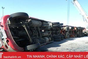 Ôm cua, xe container lật 'chỏng vó' trên quốc lộ