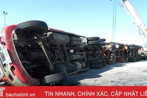 Ôm cua, xe container lật 'chổng vó' trên quốc lộ