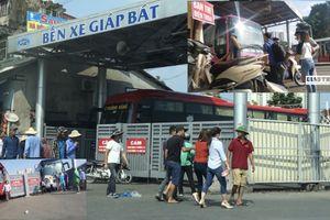 'Cò vé' hoạt động rầm rộ, hành khách bị 'mua bán' ngay BX Giáp Bát