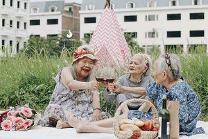 Bộ 3 bà cụ xì tin sành điệu, uống rượu vang tíu tít trò chuyện khiến nhiều người trẻ ngưỡng mộ và thầm ao ước