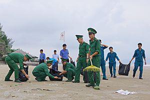 Ra quân làm sạch biển