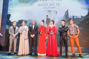 Jun Vũ xinh đẹp, vợ chồng Victor Vũ rạng rỡ trong ngày ra mắt phim 'Người bất tử'