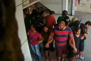 Cướp bất thành, kẻ tấn công bắt 25 con tin làm 'lá chắn người'