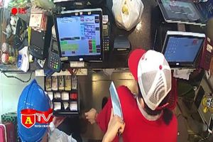 Thủ sẵn dao vào siêu thị cướp hàng và tiền