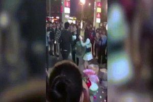 Hai chàng trai đánh nhau khi cùng cầu hôn một cô gái