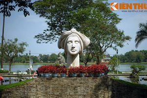 Bí mật của bức tượng cô gái VN bên bờ sông Hương