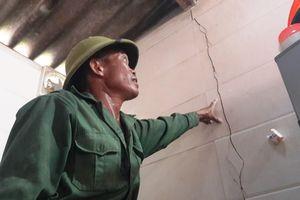 Tiền đền nhà nứt không mua nổi hộp sơn, dân chặn thi công quốc lộ 15B