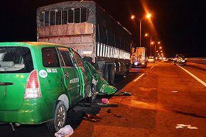 Taxi đâm ôtô tải đậu trên cầu, 3 người chết