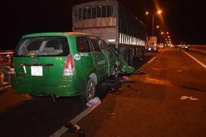 Cần Thơ: Taxi tông xe tải, 3 người tử vong