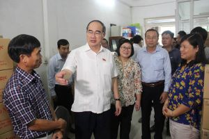 Bí thư Nguyễn Thiện Nhân tới nhà thăm dân Thủ Thiêm