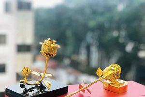 Quà tặng 20/10: Hoa hồng vàng đế trái tim giá bình dân hút khách