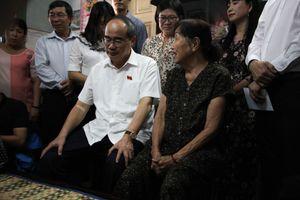 Ông Nguyễn Thiện Nhân thăm gia đình nghèo Thủ Thiêm sau tái định cư