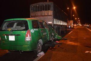 Taxi đâm vào đuôi xe tải, tài xế cùng hai hành khách tử vong