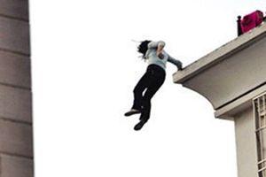 Sốc: Học sinh đe dọa giáo viên, suýt nhảy lầu tự tử chỉ vì một lý do không ngờ