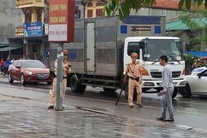 Cảnh sát khống chế, bắt giữ nam thanh niên nghi ngáo đá cầm dao đe dọa khiến người đi đường khiếp sợ